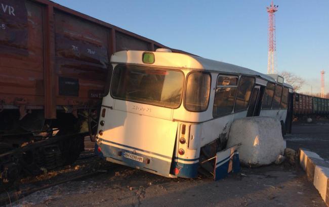 В Одеській області потяг зіткнувся з пасажирським автобусом, є постраждалі