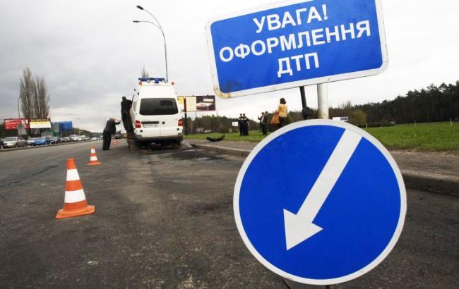 Грузовой автомобиль набольшой скорости врезался вмашину патрульной милиции украинской столицы