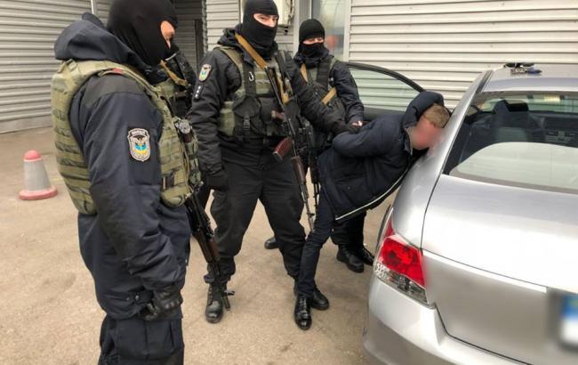 Посадовців міграційної служби викрили на відмиванні грошей та наркоторгівлі