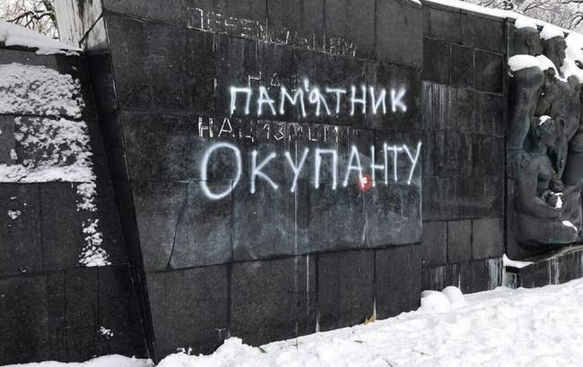 """""""С молотками и топорами"""": во Львове повредили Монумент Славы"""