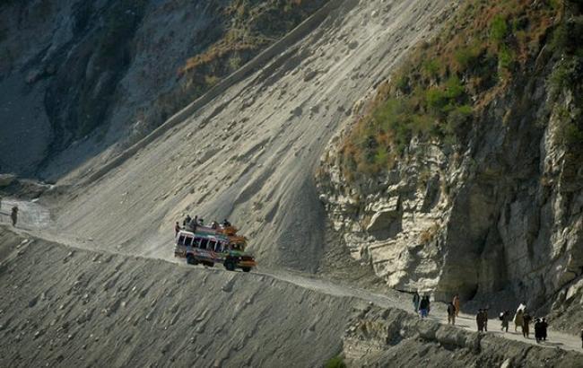 Фото: в Пакистане автобус сорвался с обрыва