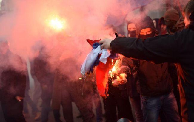 Спалили прапор і влаштували дебош: активісти увірвались добудівлі «Росспівробітництва»