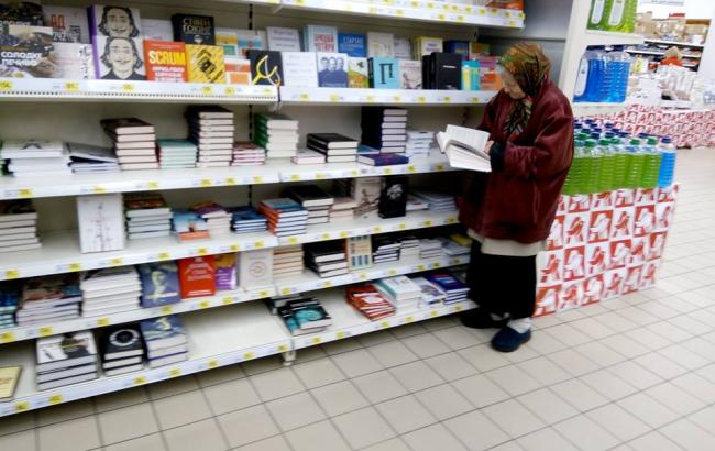 """""""12 лет стоит и читает"""": соцсеть растрогала старушка в столичном супермаркете"""