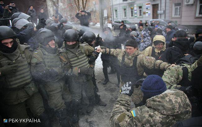 Столкновения возле Соломенского суда: правоохранители нашли гранату и пистолет
