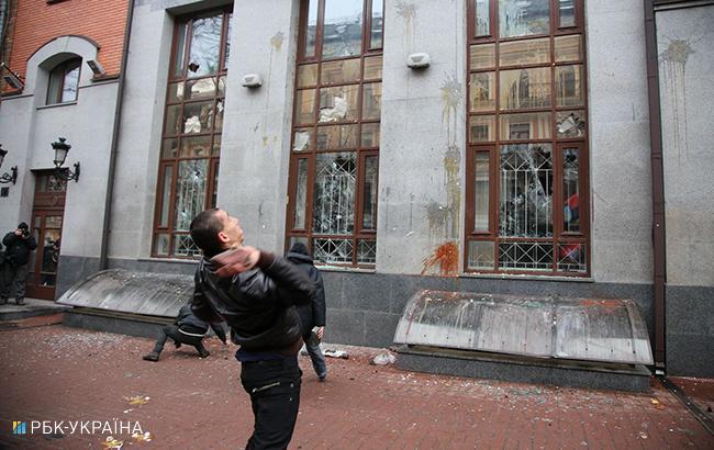 """Фото: активісти закидають яйцями будівлю """"Росспівробітництва"""" (РБК-Україна)"""
