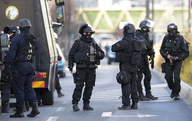 Захвативший заложников встолице франции смог исчезнуть от милиции