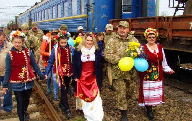 Фото: Люди встречают защитников (mil.gov.ua)