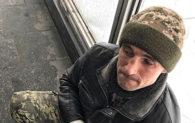 Попрошайничает: в Киеве заметили мошенника, который выдает себя за АТОшника (фото)