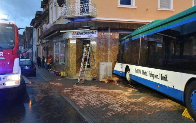 Фото: автобус врезался в стену дома (facebook.com/RNZEberbach)