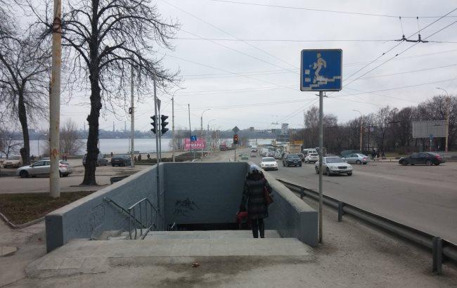 З коляскою не проїхати: у Запоріжжі заблокували підземний перехід величезною купою снігу