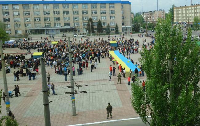 Фото: в Северодонецке развернули огромный флаг Украины