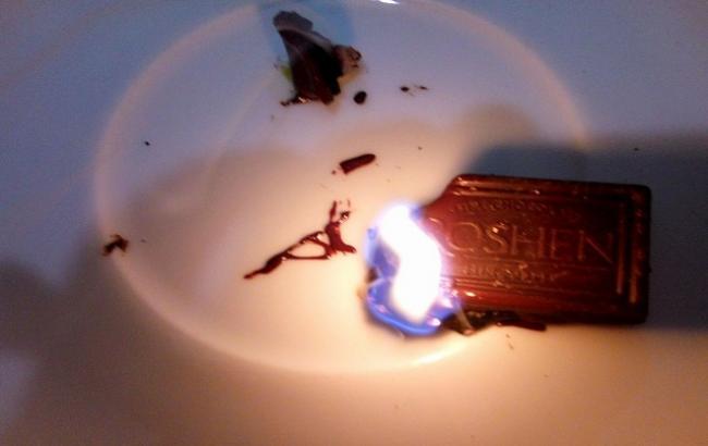 """""""Смердить пластиком, а не какао-бобами"""": в мережі показали, як горить чорний шоколад відомої марки"""