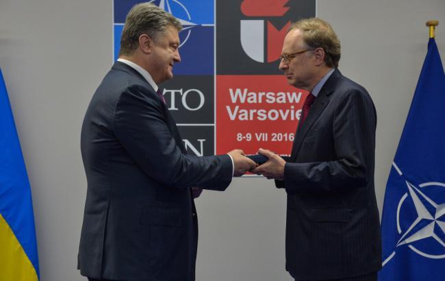 Фото: Порошенко вручає Вершбоу держнагороду