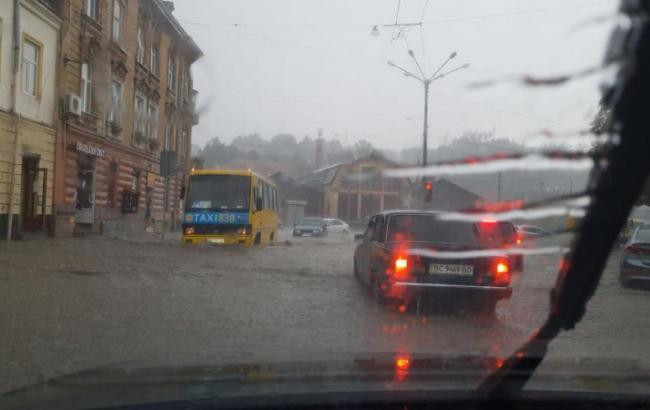 Во Львове после подтопления частично восстановили движение транспорта