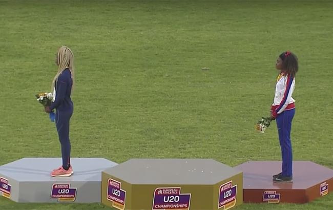 Фото: во время исполнения гимна золотая медалистка ушла с пьедестала (скриншот церемонии награждения)