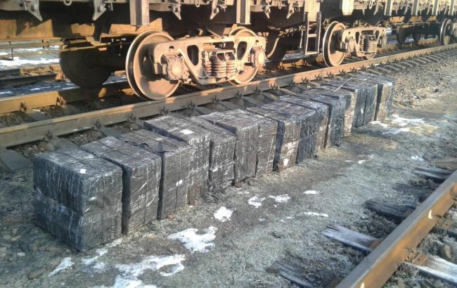 Пограничники обнаружили крупную партию сигарет в руде в вагонах поезда