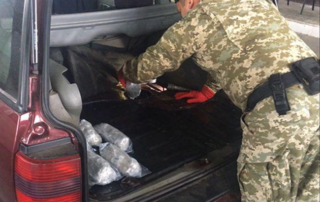 Фото: прикордонник оглядає автомобіль (dpsu.gov.ua)