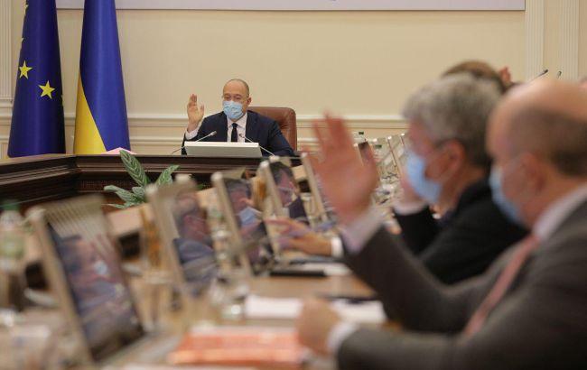 Кабмин повысит зарплаты бюджетникам: сколько будут платить