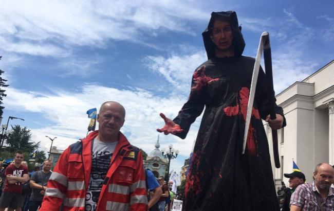 """Протест проти медреформи: МО залили """"кров'ю"""""""