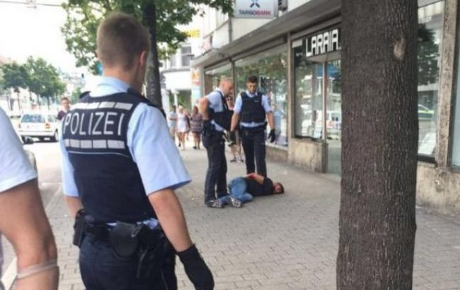 Фото: момент задержания нападающего