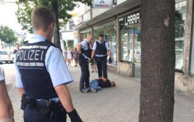 Фото: у Німеччині чоловік напав на перехожих з мачете