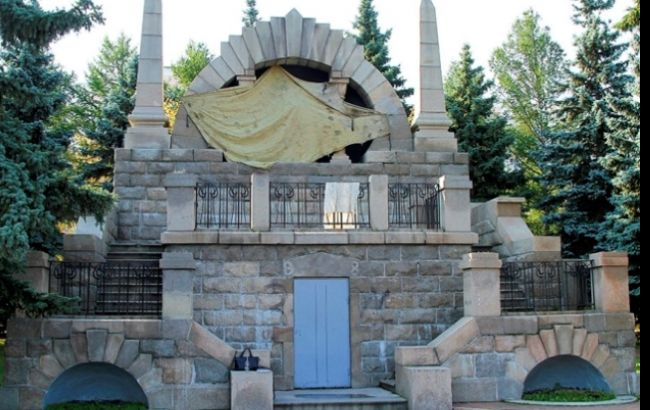 Фото: сейчас памятник закрыт полотном