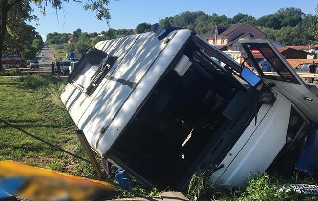В Черновицкой области пассажирский автобус съехал в кювет, есть пострадавшие