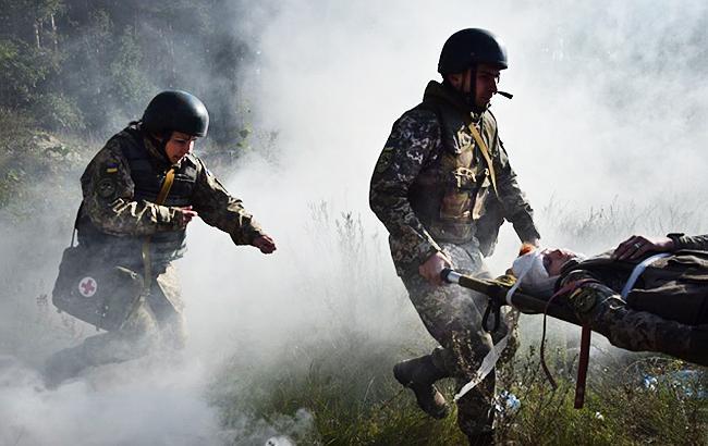 Фото: медики выносят раненого бойца (mil.gov.ua)