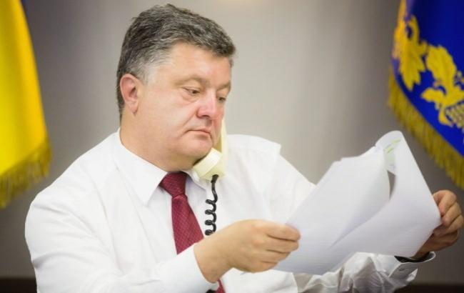 Фото: Петр Порошенко старается находить время на книги (president.gov.ua)