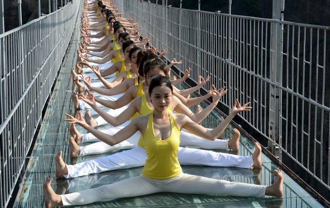 """Безстрашні дівчата влаштували сеанс йоги на """"Дорозі хоробрих"""""""