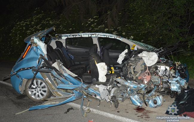 У Хмельницькому чиновник в'їхав у лісовоз, загинуло двоє людей