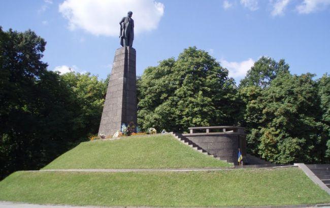 Фото: пам`ятник Тарасу Шевченку в Каневі