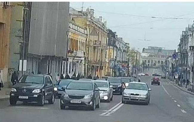 Фото: Автомобиль, нарушающий правила (facebook.com/vlad.life)