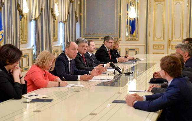 Фото: зустріч Петра Порошенка зкерівництвом парламенту і лідерами фракцій (facebook.com/iryna.gerashchenko)