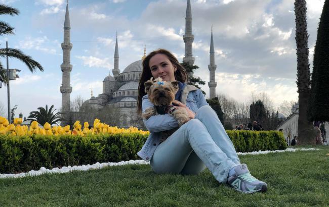 Фото: Катерина с собачкой Микой в Стамбуле (предоставлено автором)