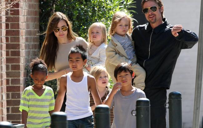 Фото: Анджелина и Брэд Питт с детьми (1tvnet.ru)