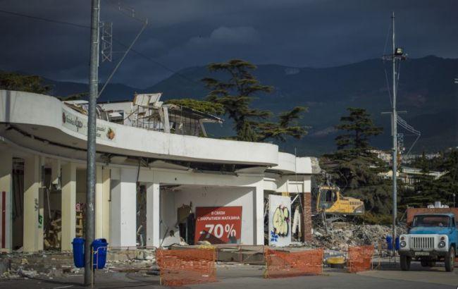 Фото: в оккупированном Крыму сносят торговый комплекс Ахметова