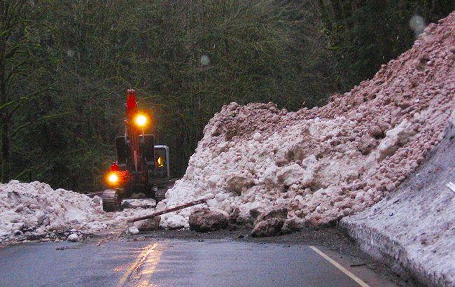 В Закарпатской области лавина заблокировала трассу