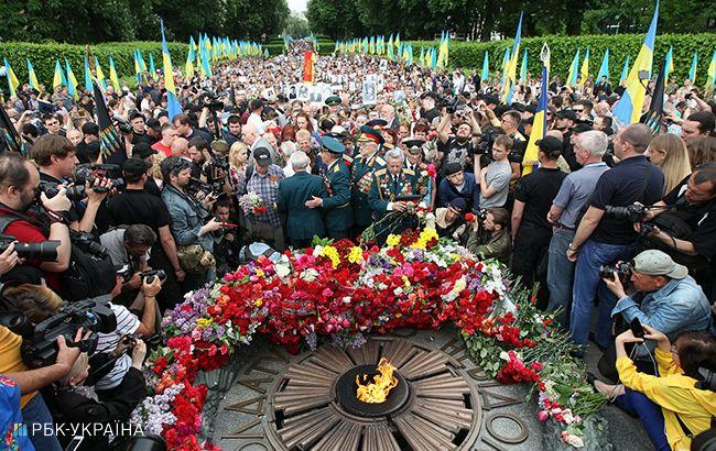 Фото: возложение цветов к могиле Неизвестного солдата в Киеве (РБК-Украина)