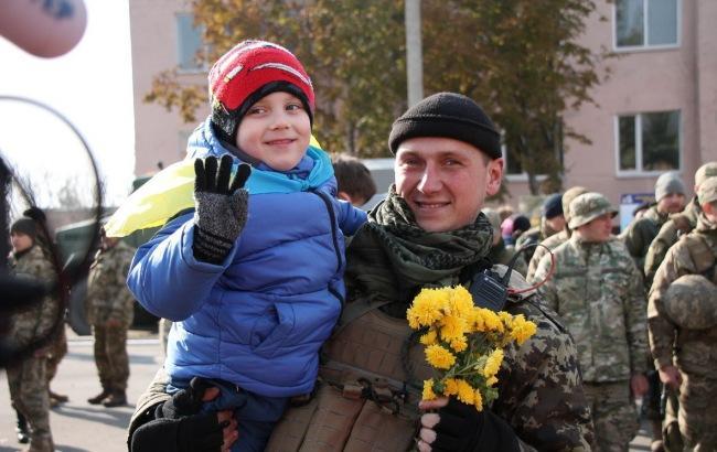 Фото: Бойцов встречали с цветами (mil.gov.ua)