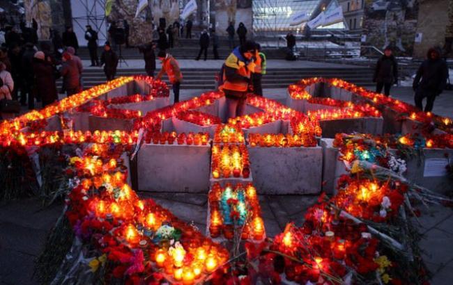 Фото: Люди поставили лампадки в память о Героях Небесной сотни