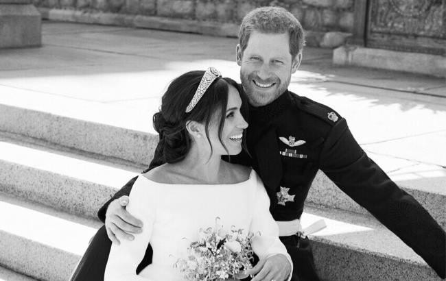 Напередодні королівського весілля принца Гаррі та Меган Маркл сувенірні  лавки Великобританії ломилися від різноманітності продукції з зображеннями  ... abf738f798ef0