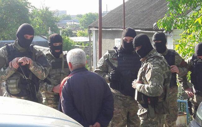 Фото: обыски у крымскотатарских активистов (facebook.com/crimeansolidarity)