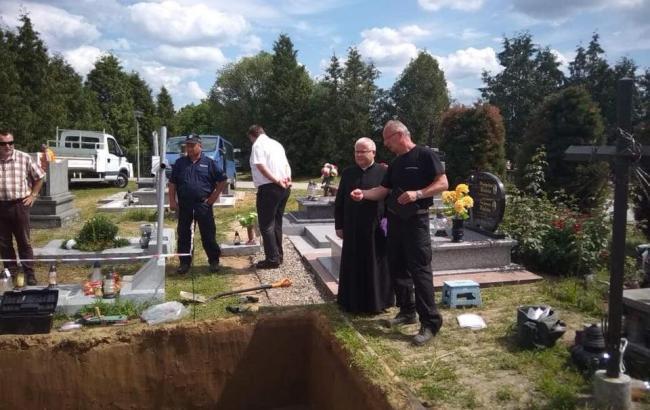 Фото: раскопанная могила в Грушовичах (facebook.com/volodymyr.viatrovych)