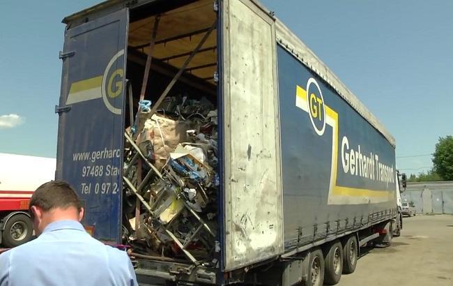 Фото: вантажівка зі сміттям у Черкасах (скріншот із відео поліції)