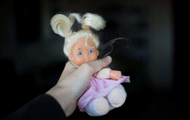 На Донеччині чоловік намагався задушити маленьку дівчинку