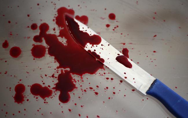 У Києві чоловік перерізав горло дружині і намагався вбити себе