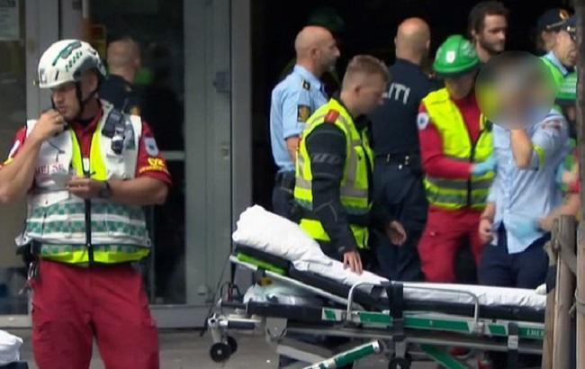 Фото: спасатели выводят раненых из зала в Осло
