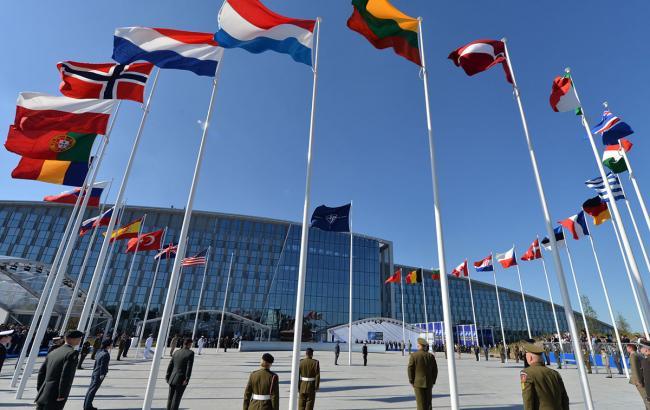 Фото: флаги стран–участниц НАТО возле новой штаб-квартиры организации в Брюсселе (nato.int)
