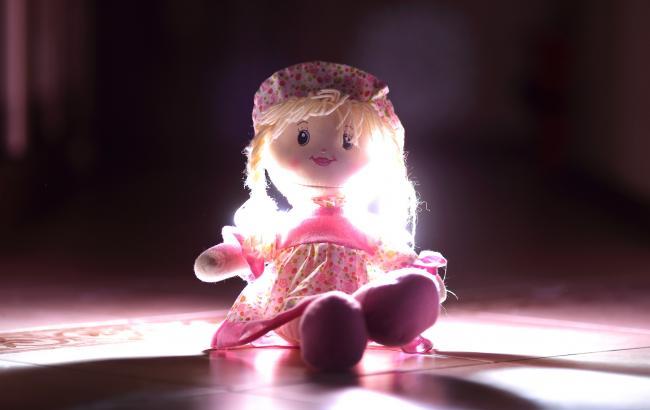 В Запорожье люди приносят куклы к церкви УПЦ МП, где отказались отпевать погибшего ребенка